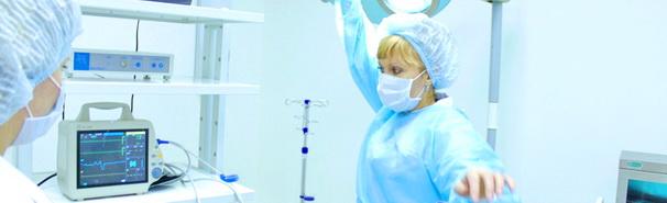 врач смотрит на монитор