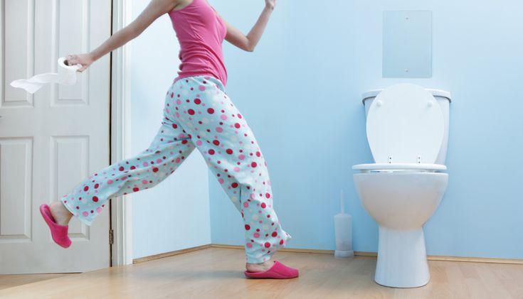 женщина в пижаме бежит в туалет