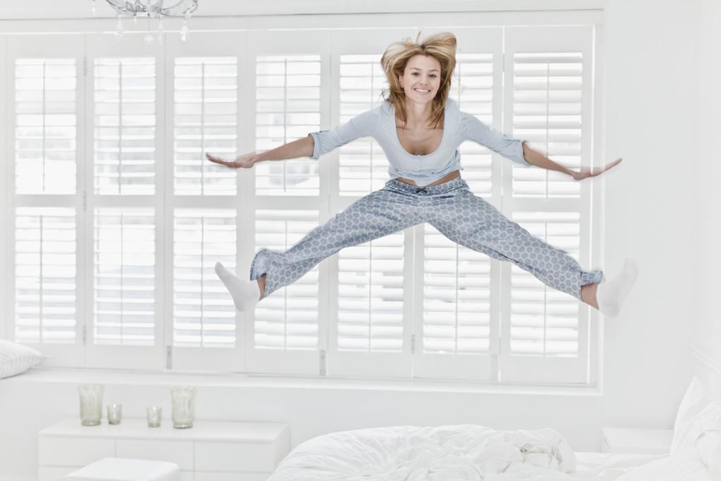 женщина прыгает на кровати