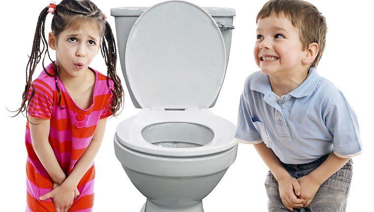 мальчик и девочка возле унитаза