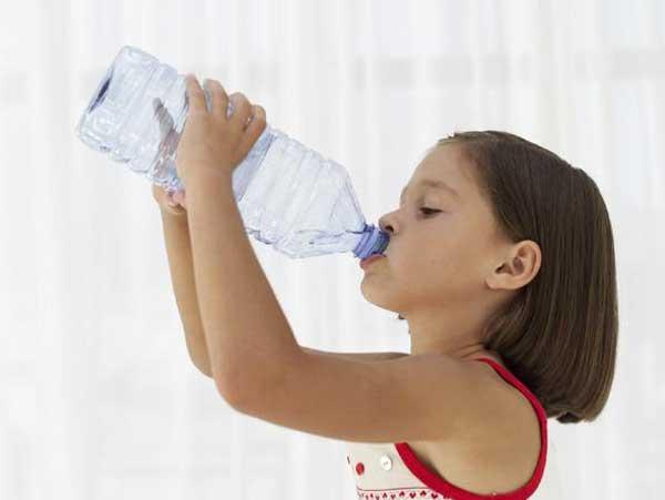 девочка пьет минеральную воду