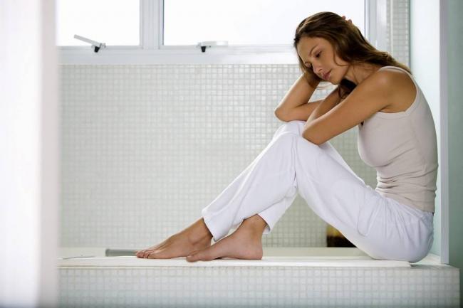 женщина сидит в ванной