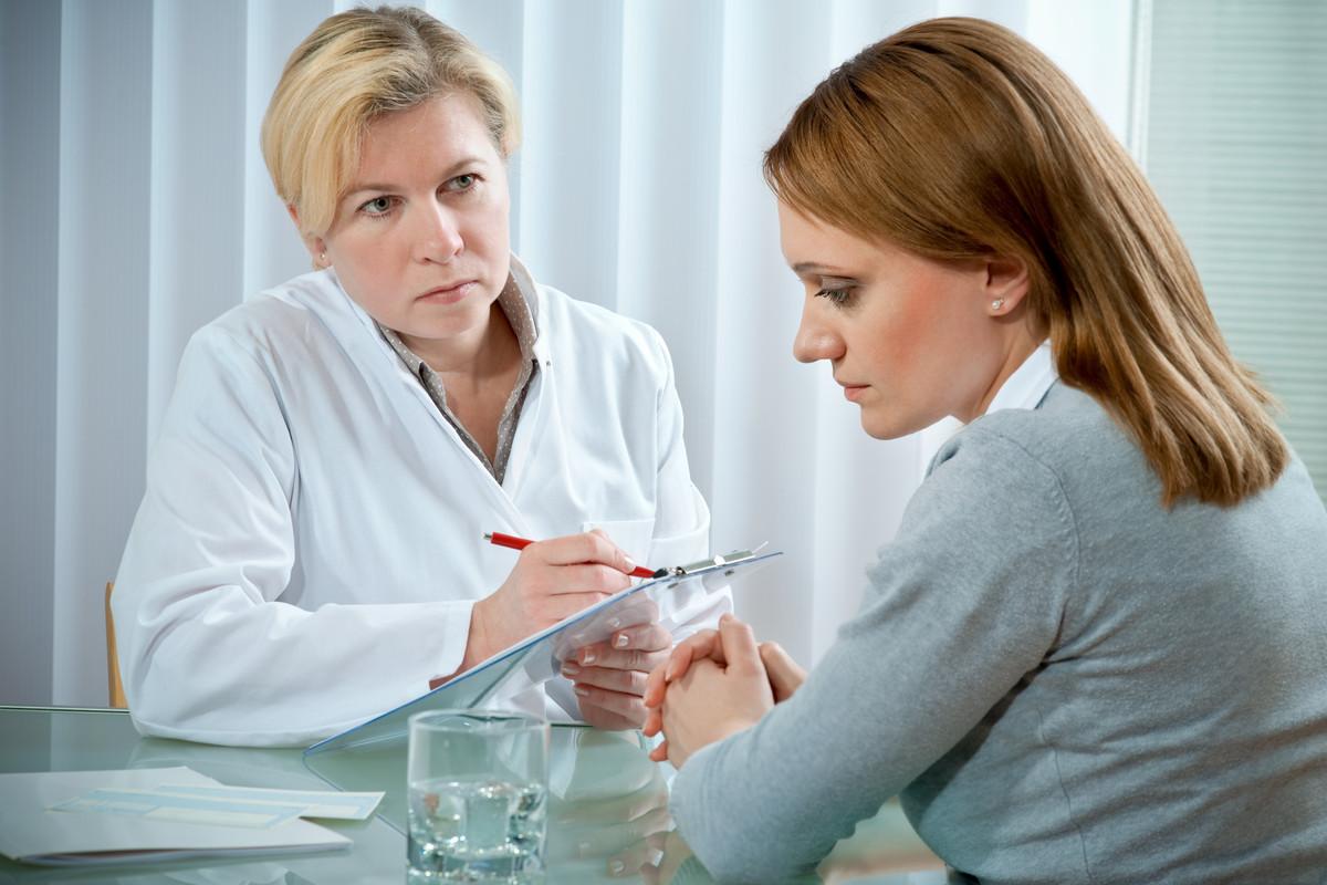 врач беседует с женщиной