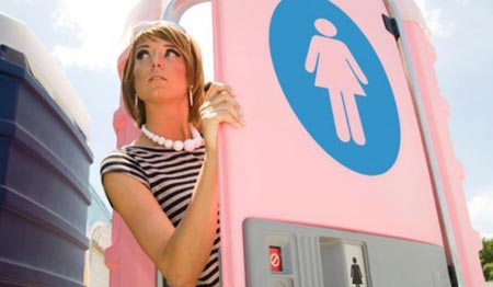 девушка выходит из уличного туалета