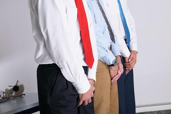 трое мужчин стоят в ряд