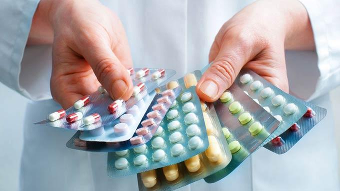 врач держит в руках таблетки