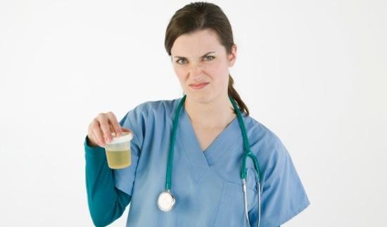 врач держит баночку с мочой