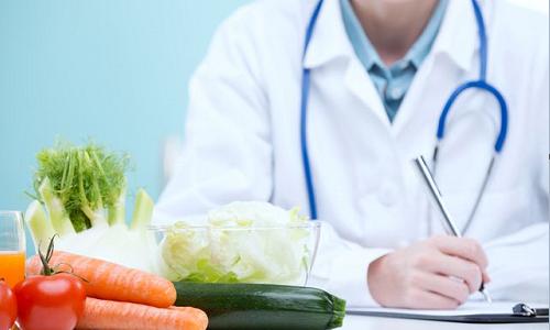 врач возле овощей