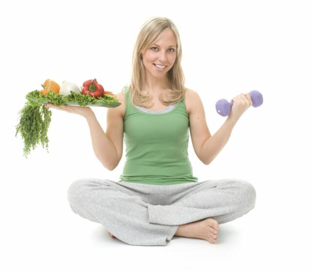 девушка с гантелями и овощами