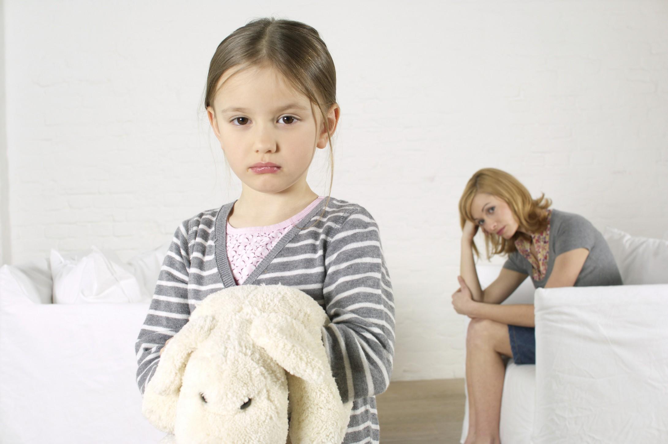 грустная девочка и мама