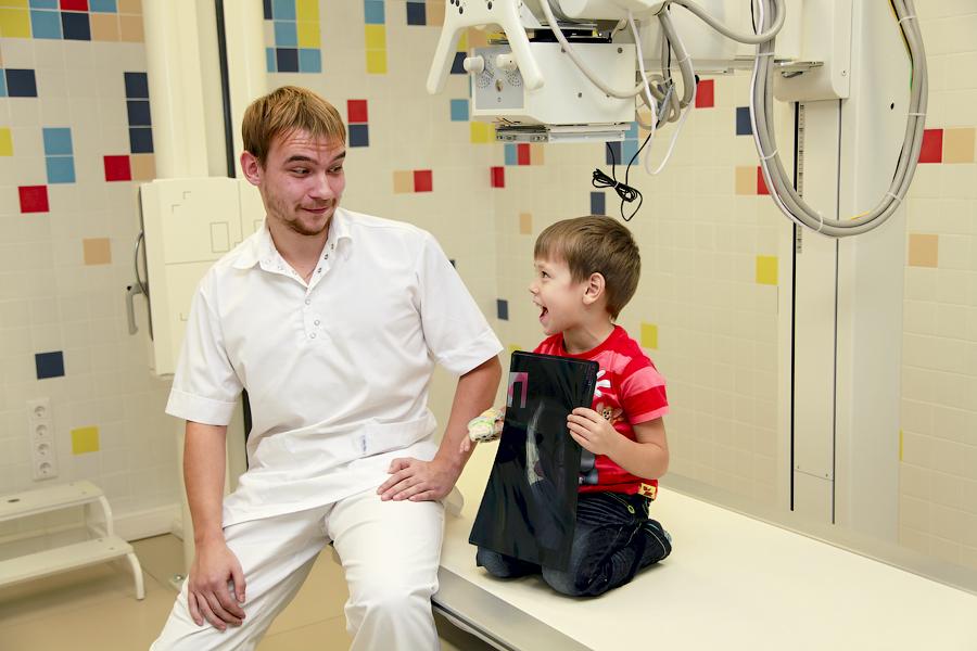 ребенок проходит рентгенографию