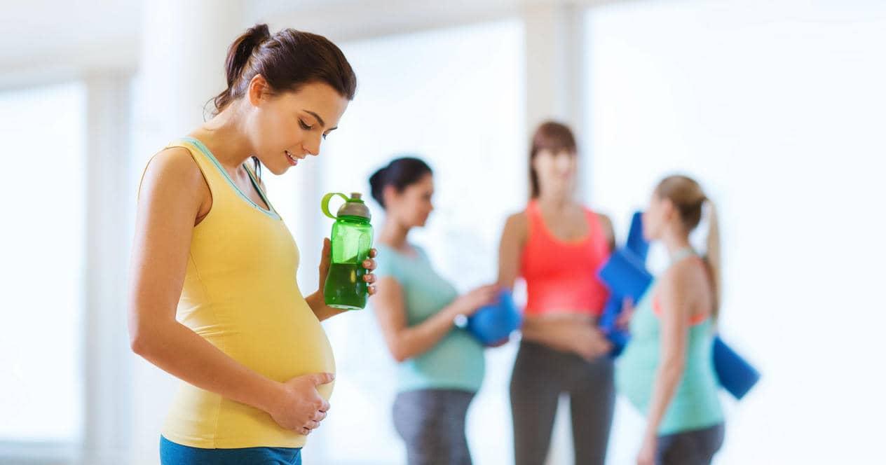 беременная девушка на занятиях спортом