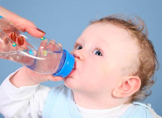 малыш пьет