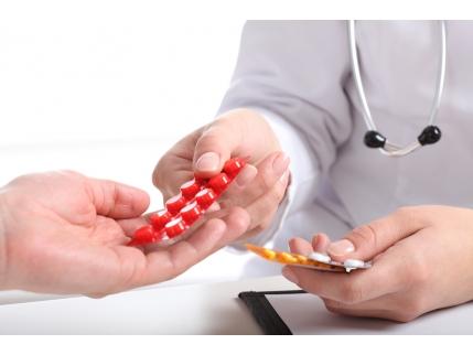врач дает таблетки