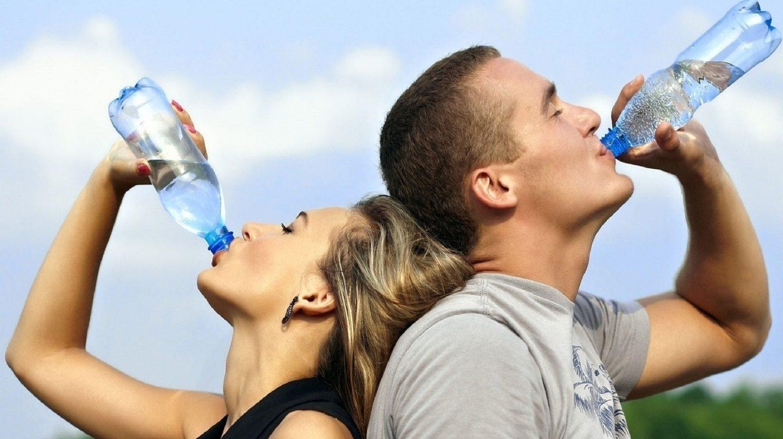 женщина и мужчина пьет воду