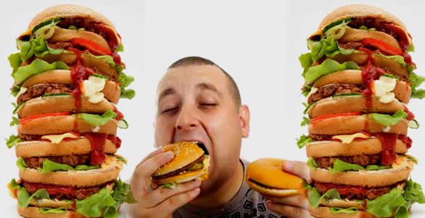 мужчина ест бургеры