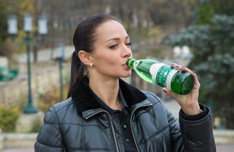 девушка пьет ессентуки