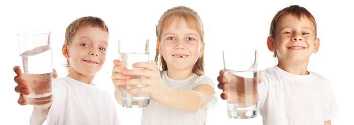 дети держат стакан воды