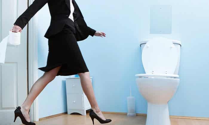 девушка бежит к туалету