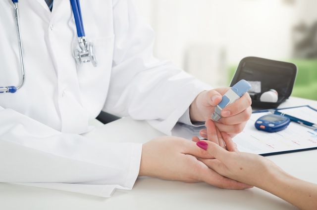врач берет анализ крови