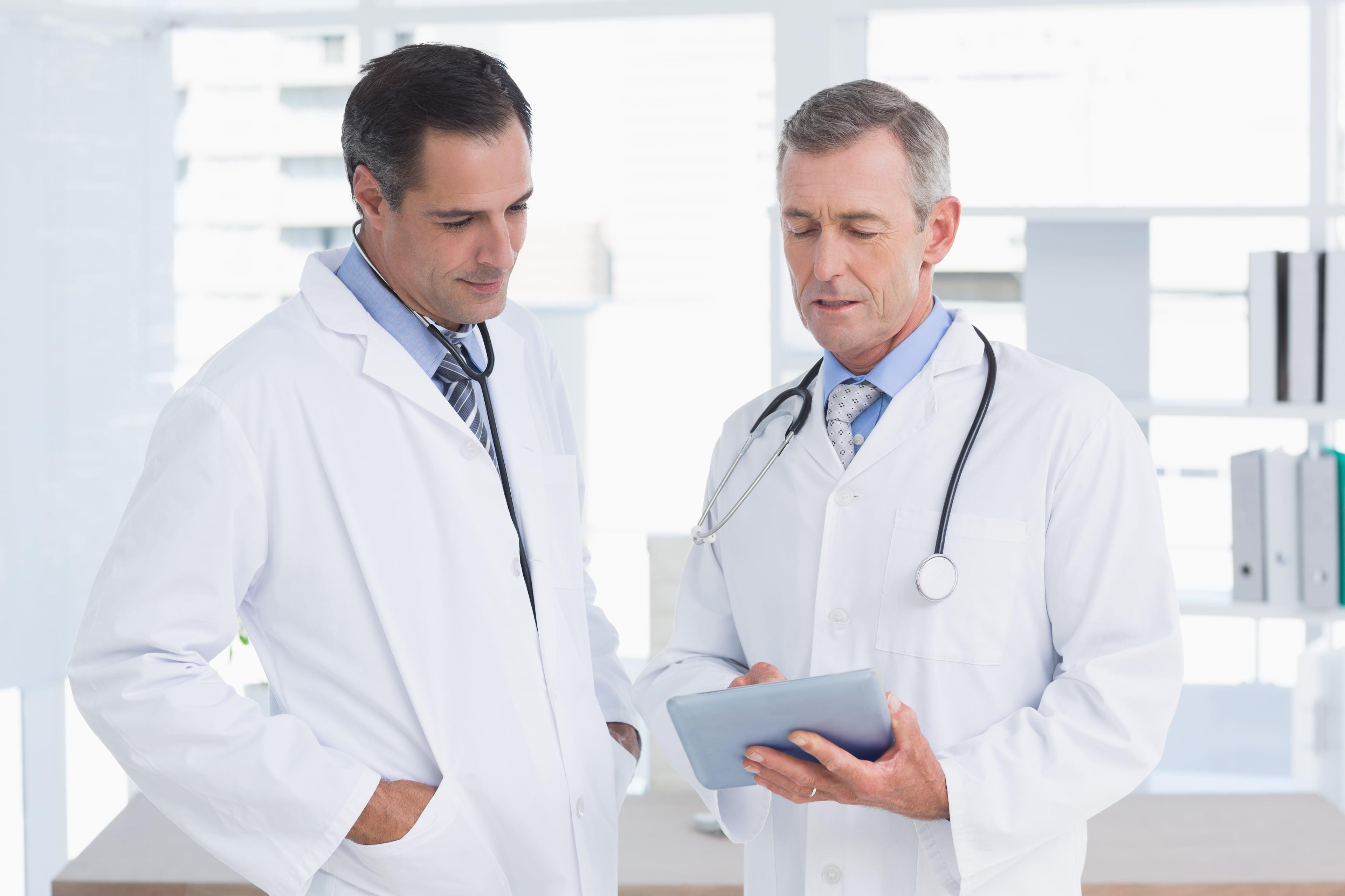 врачи что-то обсуждают
