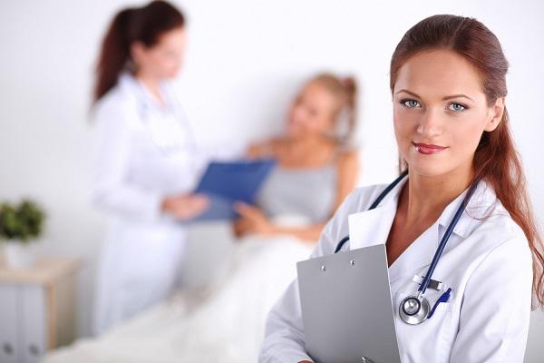 доктор на фоне пациента в больнице