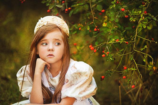 девочка и куст шиповника