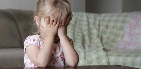 девочка закрывает глаза руками