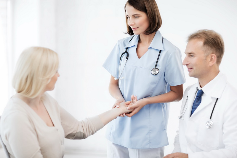 женщина и доктора