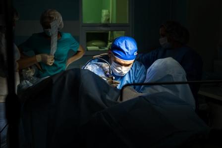 врач на операции