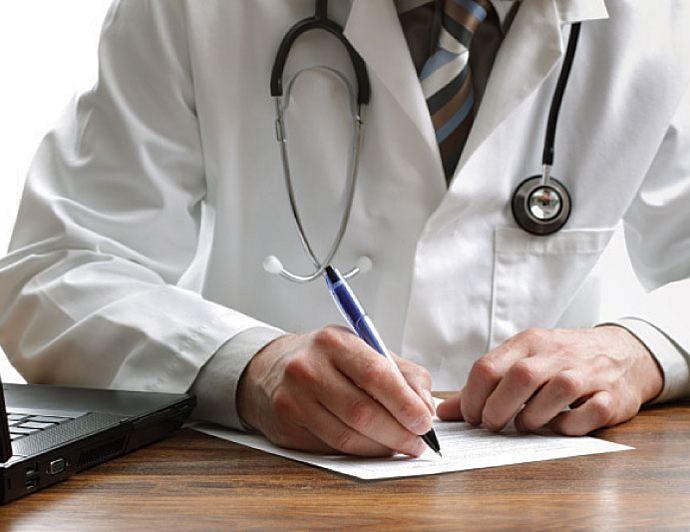 врач подписывает бумаги