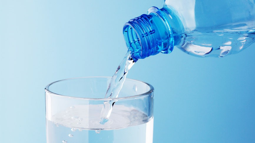 воду наливают в стакан