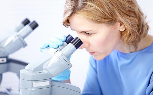 доктор смотрит в микроскоп