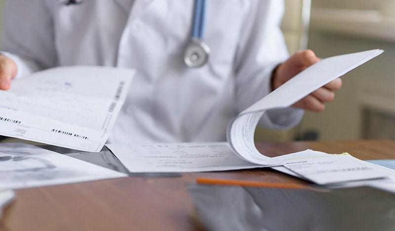 врач и бумаги