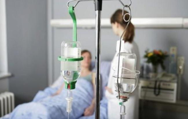 пациент и врач в палате с капельницами