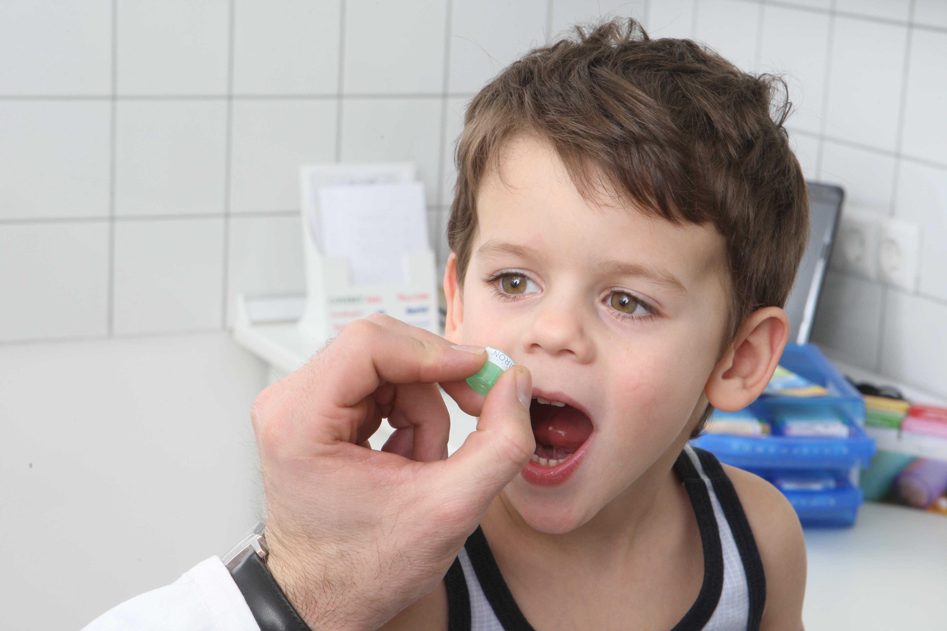 врач дает ребенку таблетки