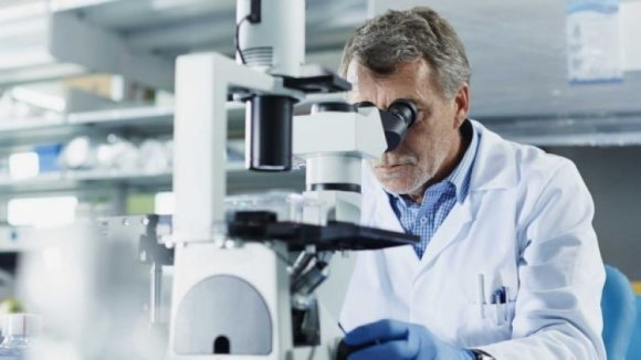 врач и микроскоп