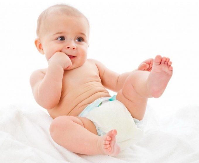 ребенок в подгузниках