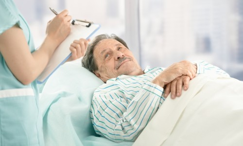 пациент и доктор в палате