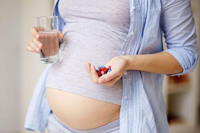 беременная девушка и таблетки