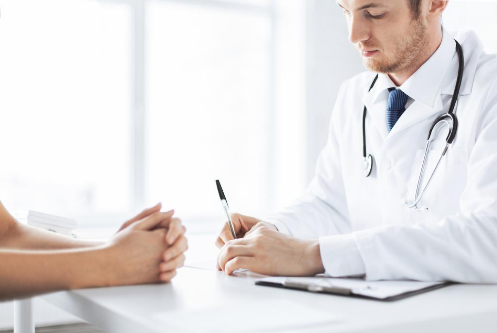 беседует с врачом