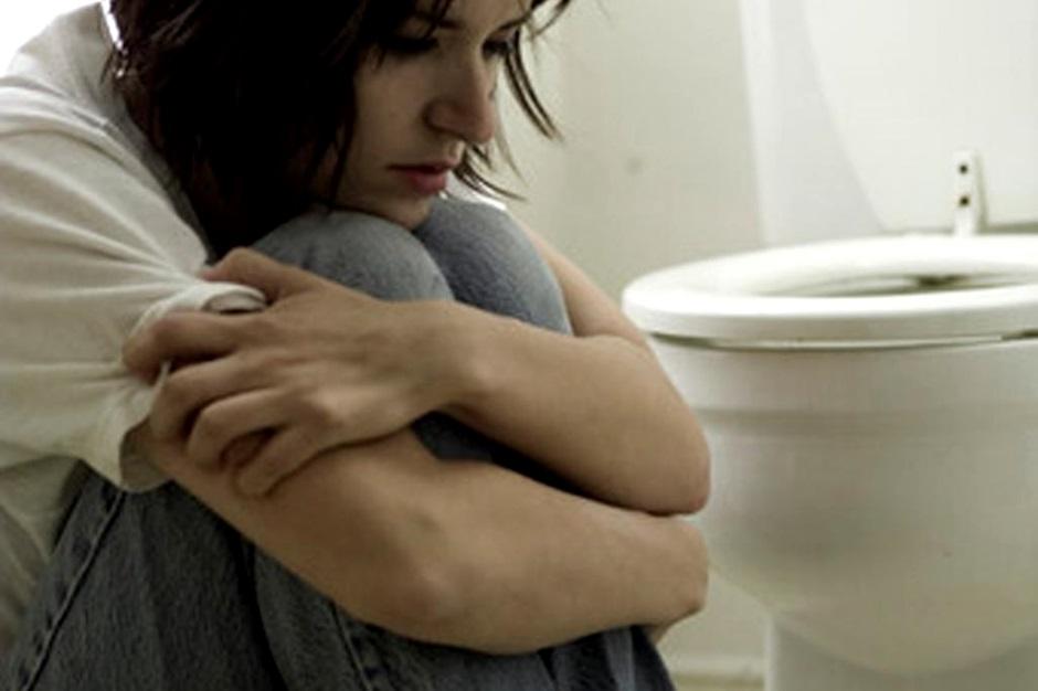 женщина сидит в туалете