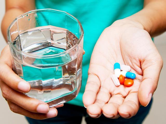 таблетки и стакан с водой