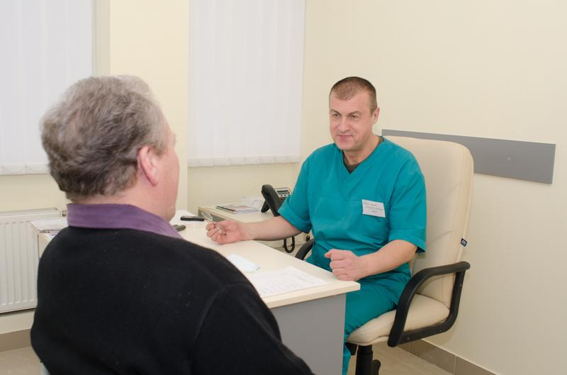 Лечение мужчины, обследование у уролога